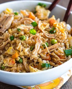 This better than takeout chicken fried rice recipe will have your friends and family wanting the recipe in place of their favorite takeout Chinese restaurant. Frango Chicken, Asian Recipes, Healthy Recipes, Arabic Recipes, Yummy Recipes, Vegetarian Recipes, Vegan Vegetarian, Healthy Food, Shredded Chicken Recipes