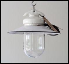 Industriële stallamp, porselein ophanging, emaille schotel.
