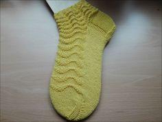 Gelbe Welle Nadelspiel 2,5 Wolle von Supergarne 60 Gesamtmaschen Größe 35/36 Bündchen: 5 Runden 2 re/2 li x = rechts/oi...