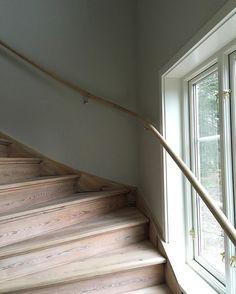 I helgen kom det upp en ledstång till trappan och det blev gråa väggar i hallen på övervåningen