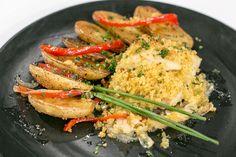 Bacalhau com broa e batata assada no forno em cama de legumes