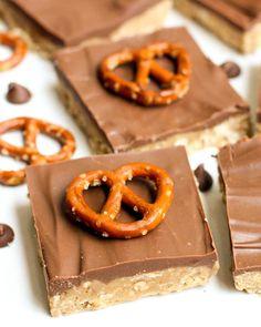 Delicious No Bake Peanut Butter Pretzel Bars! YUM! Recipe on { lilluna.com }
