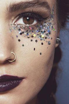 Party Make-up mit grobem Glitzer für die Haut