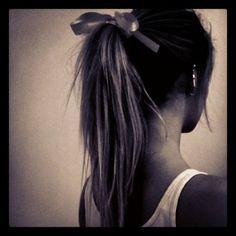 Weddbook ♥ Sale queue de cheval avec un arc. Simple et coiffure de mariage naturel. Coiffure demoiselle d'honneur. Longue coiffure de mariage cheveux.   S'incliner queue de cheval