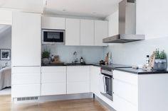 Behrer & Partners Våra hem Scandinavian Apartment, Cozy Apartment, Apartment Kitchen, Gravity Home, New Kitchen, Kitchen Ideas, Home Studio, Kitchen Design, Kitchen Cabinets