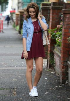 Converse with a burgundy dress and a chambray shirt take fancy to chic street style in an instant. Outfits Damen, Dress Outfits, Casual Dresses, Casual Outfits, Fashion Outfits, Womens Fashion, Urban Fashion, Dress Fashion, Burgundy Dress Outfit