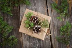 ECO CHRISTMAS WRAPPING OR DECOR - customiser le kraft + pommes de pin et feuillages