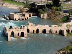 Dezful | TECTÓNICAblog  La ciudad de Dezful se encuentra al norte de Khuzestan. Ésta es conocida por sus estructuras hidráulicas que ocupan casi 250ha. Estas estructuras incluyen no sólo los propios ingenios hidráulicos sino también construcciones con una elevada calidad arquitectónica. El conjunto se distribuye a lo largo del río Dez en tres zonas. La primera fase fue construida en la era Sasánida siendo utilizada para moler maíz. Fue tal el impacto socioeconómico de esta construcción que…