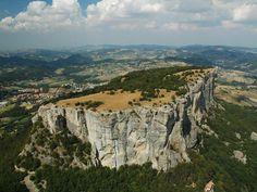 L'angolo della Geologia: La Pietra di Bismantova è una montagna dell'Appennino reggiano, alta 1041 metri. È situata nel comune di Castelnovo ne' Monti, paese che sorge alle sue falde, in provincia di Reggio Emilia. Si presenta come uno stretto altopiano dalle pareti scoscese, che si staglia isolato tra le montagne appenniniche. La zona è classificata come sito di interesse comunitario, ed è in parte compresa nel territorio del Parco nazionale dell'Appennino Tosco-Emiliano.