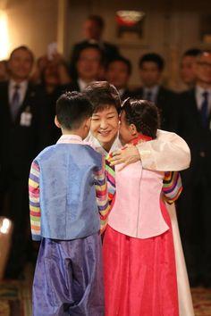 [대한민국 청와대] 2013 박근혜 대통령 미국방문 뉴욕동포 간담회 / [CHEONG WA DAE, Republic of Korea] 2013 President Park Geun-hye Holding a Meeting with Korean Residents in New York ※ [사진제공_대한민국 청와대] 본 저작물은 공공저작물 자유이용허락 표준 라이선스 '공공누리'에 따라 이용하실 수 있습니다.