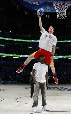 Who says white men can't jump? Chase Budinger jumps over P. Diddy during Sprite's 2012 Dunk Contest. Basketball Jones, Basketball Court, Jeremy Evans, Nba Slam Dunk Contest, Best Dunks, White Man, Victorious, All Star, Nike Air Max