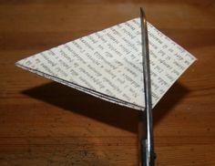 Addobbi natalizi fai da te – pallina diamante di carta per decorare l'albero di Natale, molto semplice e veloce da realizzare e di grande effetto. Materiale occorrente: – due fogli di carta quadrati – forbici – matita – colla da…