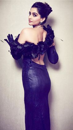 Sonam Kapoor backless, eager eyed and up against a wall. Looks very inviting 🔥 – pooja hedge Bollywood Dress, Bollywood Stars, Bollywood Fashion, Bollywood Actress Hot Photos, Beautiful Bollywood Actress, Indian Celebrities, Bollywood Celebrities, Celebrity Pictures, Celebrity Style