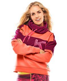 Kari Traa RøtheKari Traa Røthe-genseren er både funky og varm, perfekt på kjølige høstdager. De behagelige og hurtigtørkende materialene har fireveis stretch for total bevegelsesfrihet. Den regulerbare høye kragen er god å pakke seg inn i. Rene linjer kombinert med sterke farger gir en sporty, men urban look. Hoodies, Sweaters, Fashion, Moda, Sweatshirts, Fashion Styles, Parka, Sweater, Fashion Illustrations