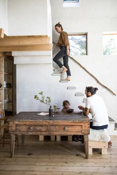 In Maine, a house built with Japanese-style soot colors and charred cedar slats. - Home decorating ideas - In Maine, a house built with Japanese-style soot colors and charred cedar slats. Style At Home, Kitchen Open Concept, Interior Design Living Room, Interior Decorating, Kitchen Interior, Decorating Ideas, House Slide, House Built, Home Fashion
