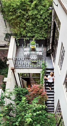 Tiny backyard with multiple levels of access between floors. Love the partial ba. Kleiner Garten m Brooklyn Brownstone, Brownstone Homes, Brownstone Interiors, Apartment Balcony Garden, Apartment Balconies, Cool Apartments, Balcony Door, Townhouse Designs, Patio Flooring