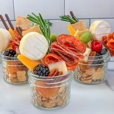 jarcuterie mason jar charcuterie board Snacks Für Party, Appetizers For Party, Appetizer Recipes, Appetizer Dinner, Charcuterie Recipes, Charcuterie And Cheese Board, Cheese Boards, Charcuterie For Dinner, Catering Recipes