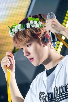 """Show me something prettier than Baekhyun wearing his cute flower headbands 😤💐💕"" Kpop Exo, Exo K, Chanyeol Baekhyun, Park Chanyeol, Exo Ot12, Chanbaek, Kim Jong Dae, Ko Ko Bop, Kim Minseok"