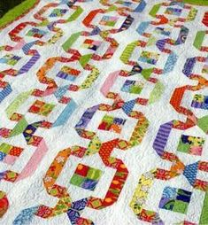 This would look nice with a gray background with each path being a different colored patchwork (an all pink path, reds, blues, greens etc) Garden Paths pattern by Amanda Murphy Design. Jellyroll Quilts, Patchwork Quilting, Scrappy Quilts, Baby Quilts, Quilting Tutorials, Quilting Projects, Quilting Designs, Quilting Ideas, Quilting Patterns