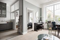 Deși este foarte mic, iar griul nu ajută la crearea senzație de spațiu, acest apartament de numai 42 m² primește un aer de eleganță a...