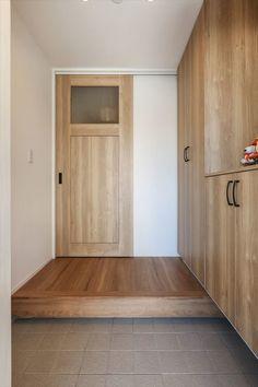 Modern Minimalist House, Natural Interior, Garage Doors, Entryway, Sweet Home, Victorian, Outdoor Decor, Home Decor, Entrance
