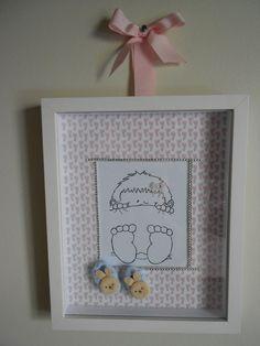Quadro maternidade menina. Desenho feito a mão, menina com pezinhos. Paspatur com pezinhos e pantufinhas de coelho.