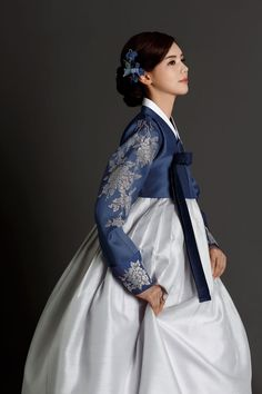 This might be the prettiest hanbok I've ever seen! Korean Traditional Dress, Traditional Fashion, Traditional Dresses, Korean Dress, Korean Outfits, Korea Fashion, Asian Fashion, Korean Girl, Asian Girl