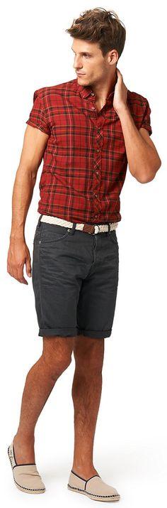 Bermuda mit Gürtel für Männer (unifarben, mit Reißverschluss und Knopf zu schließen) aus Twill gefertigt, leichtes Stone-Wash für den Used-Look, mit Crinkles für einen permanenten Knitter-Effekt, mit krempelbaren Beinsäumen für einen lässigen Look, inklusive geflochtenem Gürtel. Material: 100 % Baumwolle...