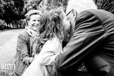 Bisou tendre fillette à son grand-père // tender kiss to grandpa