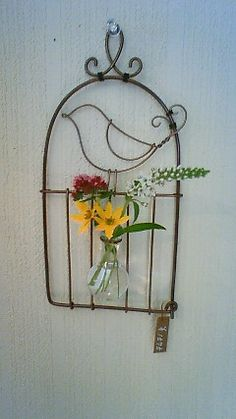 Wire art, bird in cage. Wire Crafts, Metal Crafts, Diy And Crafts, Wire Wrapping Tools, Flower Planters, Wire Baskets, Cool Diy Projects, Beads And Wire, Wire Art