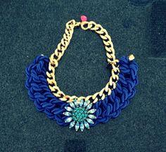 Collar de cordón de seda y swarovski