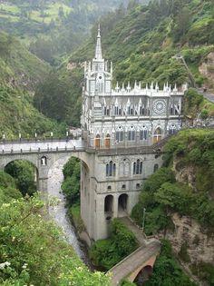 Santuario de Las Lajas (Colombia) Este santuario tiene 60 años de antigüedad y fue construido en el cañón del río Guaitara, a 10 kilómetros de la frontera con Ecuador. La altura de esta impresionante iglesia es de 100 metros desde su base hasta la torre, siendo así uno de los edificios más altos de toda Colombia.