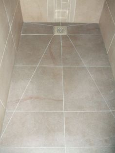 Close-up vloer betegelde inloopdouche met vierkant inox rooster Double Sink Bathroom, Wood Bathroom, Bathroom Layout, Bathroom Interior Design, Bathroom Flooring, Interior Design Living Room, Small Bathroom, Toilet Design, Diy Flooring