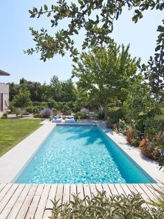 Browse swimming pool design ideas for the perfect pool for your home. Discover pool deck ideas and landscaping options to create your dream swimming pool Small Backyard Pools, Small Pools, Swimming Pools Backyard, Swimming Pool Designs, Pool Landscaping, Outdoor Pool, Pool Paving, Modern Pool House, Pool House Decor