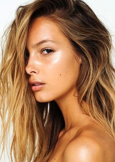 How To Get That Summer Glow // beachy textured waves, highlighter & glossy lips #beauty #makeup #hair #body