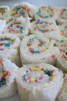To Easily Make Fairy Bread For A Kids Party Fairy Bread - Oh! This looks like a must for the next grandkids tea party!Fairy Bread - Oh! This looks like a must for the next grandkids tea party! Dessert Party, Snacks Für Party, Easy Kid Party Food, Tea Party For Kids, Birthday Party Food For Kids, Kids Cooking Party, Cupcake Party, Kids Tea Parties, Kid Party Foods