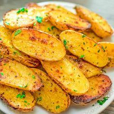 Roasted Fingerling Potatoes Recipes Made with oregano, veggie broth, garlic, and lemon juice, these Roasted Fingerling Potatoes are bursting with flavor! Potato Dishes, Potato Recipes, Vegetarian Recipes, Snack Recipes, Vegan Meals, Vegan Vegetarian, Yummy Recipes, Ratatouille, Finger Potatoes