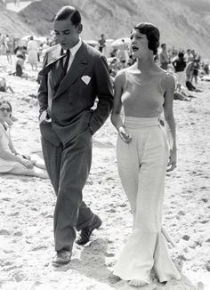 Couple on the beach in Biarritz, 1930 (posted for the antithesis to the surrounding locality trend, style indeed)