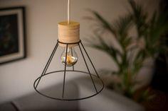 Die Leuchte ist eigentlich recht leicht aufgebaut. Oben die Fassung eingelassen in Multiplex, unten ein alter Lampenschirm von unserer Beton-Kupferleuchte. Etwas schönes Textilkabel dran und das so…