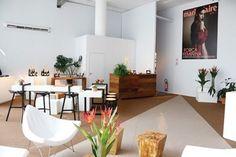 O clima de veraneio tomou conta do nosso lounge neste #SPFWN43. Com decoração assinada pela arquiteta Camila Klein (@camilakleinarquiteta) montagem e produção de MChecon (@mcheconceno) e Ju Ferraz (@juferraz) e paisagismo de @anaclaudiaethel e Renata Penno (@pennoflores) o espaço clean e chique foi feito especialmente para receber os fashionistas durante a maratona de desfiles da semana de moda. Tudo a ver com a Marie Claire!  via MARIE CLAIRE BRASIL MAGAZINE OFFICIAL INSTAGRAM - Celebrity…