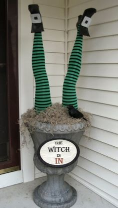 DIY - Halloween Decorating Ideas Easy, Affordable, and Spooktacular! Spooky Halloween, Porche Halloween, Halloween Veranda, Halloween Yard Decorations, Halloween Party Decor, Holidays Halloween, Halloween Treats, Happy Halloween, Halloween Porch