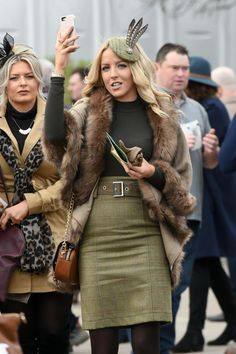 Cheltenham Festival 2017 kicks off with stylish punters dressed in their finest for world's greatest race meet Horse Race Outfit, Races Outfit, Ascot Outfits, Derby Outfits, Race Day Fashion, Races Fashion, Winter Wedding Outfits, Winter Outfits, Tweed Outfit