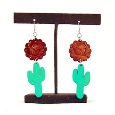 These gorgeous earrings feature a leather flower with tooled detail and a…