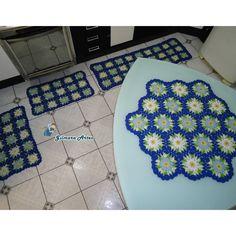 Jogo de tapete confeccionado em barbante de alta qualidade, podendo ser produzido em outras cores. <br>Medidas: <br>01 Passadeira 1,30 x 0,45 cm <br>02 Tapetinhos 0,80 x 0,45 cm <br>01 Centro de mesa