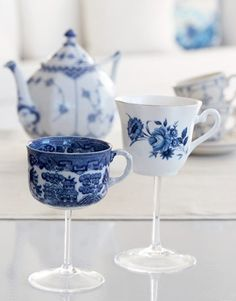 What a cool wedding present idea!  Tea Cup Wine Glasses! Geschenke