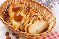 Here's a recipe to make Vetebrod sweet yeasted Scandinavian bread, which is spiced with cardamom and less sugary than most processed coffee bread. bread bowl Perfect With Coffee: Swedish Sweet Yeasted Bread Recipe Ciabatta, Naan, Easter Bread Recipe, Coffee Bread, Braided Bread, Potato Bread, Sliced Almonds, Sweet Bread, Gnocchi