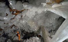 """Naica, la cueva de los cristales en Chihuahua, México.  Poblada de espectaculares y enormes cristales de selenita o """"piedra de la luna"""", nos muestra su gran belleza, en un ambiente donde la apariencia de hielo contrasta-en la profundidad- con altas temperaturas."""