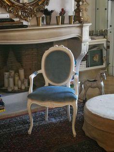 Scaun model Louis cadrul este realizat din lemn masiv vopsit manual si antichizat. Scaunul are arcuri si este tapitat cu catifea iar finisarea se face cu bumbi auriu antichizat. Superbe detalii specifice perioadei Louis XV se regasesc pe acest scaun: picioarele in foma de S, bratele curbate, detaliile de pe spatar. La cerere scaunul se poate vopsi si in alte culori iar tipul tapiteriei este poate alege de asemenea. Dining Chairs, Inspiration, Furniture, Home Decor, Home, Biblical Inspiration, Decoration Home, Room Decor, Dining Chair