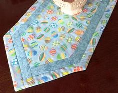 Check out our quilted easter table runner selection for the very best in unique or custom, handmade pieces from our shops. Diy Sewing Projects, Quilting Projects, Quilting Designs, Sewing Crafts, Quilting Ideas, Table Runner And Placemats, Table Runner Pattern, Quilted Table Runners, Flag Quilt