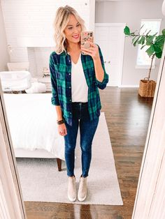 A flannel makes a great outer layer over a t-shirt with jeans or leggings. Click to read more and get other outfit ideas. Flannel Outfits, New Outfits, Cool Outfits, Everyday Casual Outfits, Multiple Outfits, Fall Fashion Trends, Fashion Bloggers, Fashion Ideas, Autumn Winter Fashion